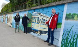 Graffitti-Künstler Daniel Wrede, Sparkassenvize Ulrich Kempf und Ortsbeiratsvorsitzender Daniel Meslien präsentieren die Gartenstadt-Gallery. Foto: Claudia Lösel
